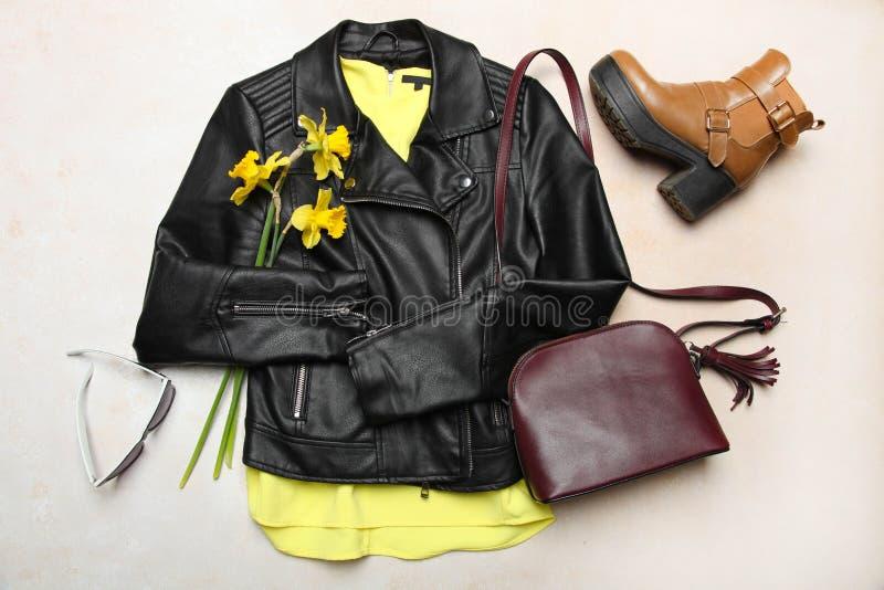 黑皮夹克、春天起动和小袋子 库存照片
