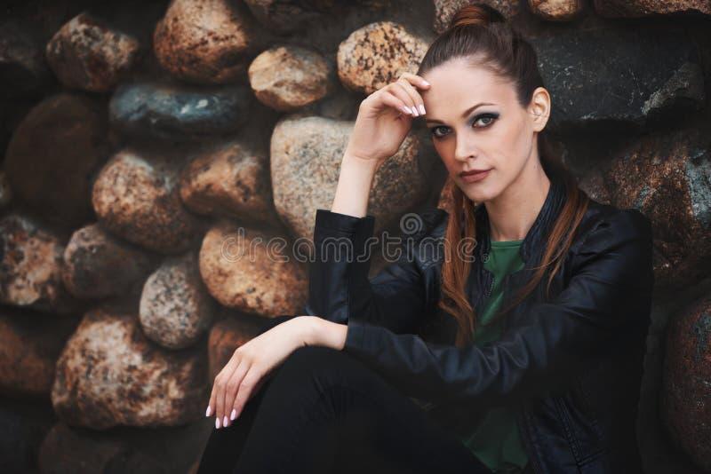 黑皮夹克的俏丽的妇女 免版税图库摄影
