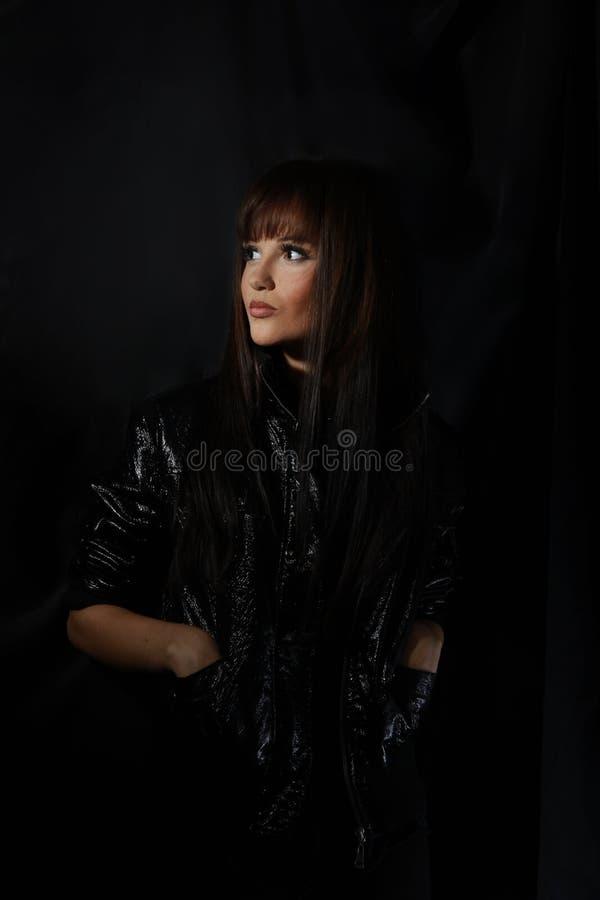 黑皮夹克的迷人的现代少妇 免版税库存图片