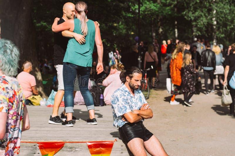 黑皮革短裤的哀伤的人在赫尔辛基自豪感节日在Kaivopuisto公园 免版税库存图片
