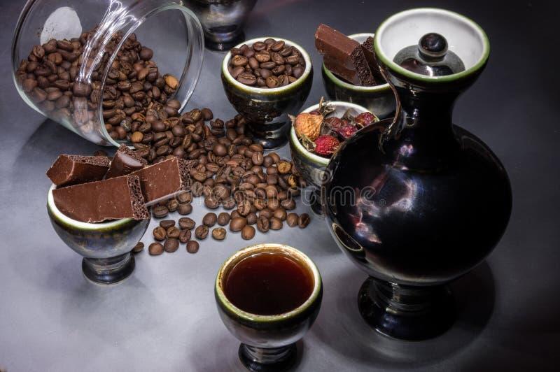 黑盘用咖啡和五谷,巧克力片 库存图片