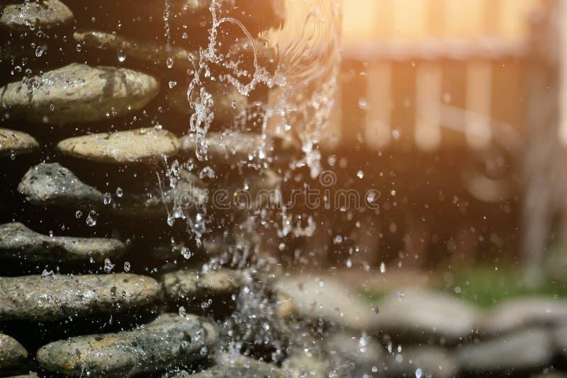 黑石头特写镜头自创喷泉  免版税库存图片