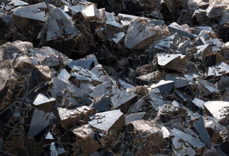 黑石英宝石水晶-与各种各样的水晶的一种大石英石头形成 免版税库存图片