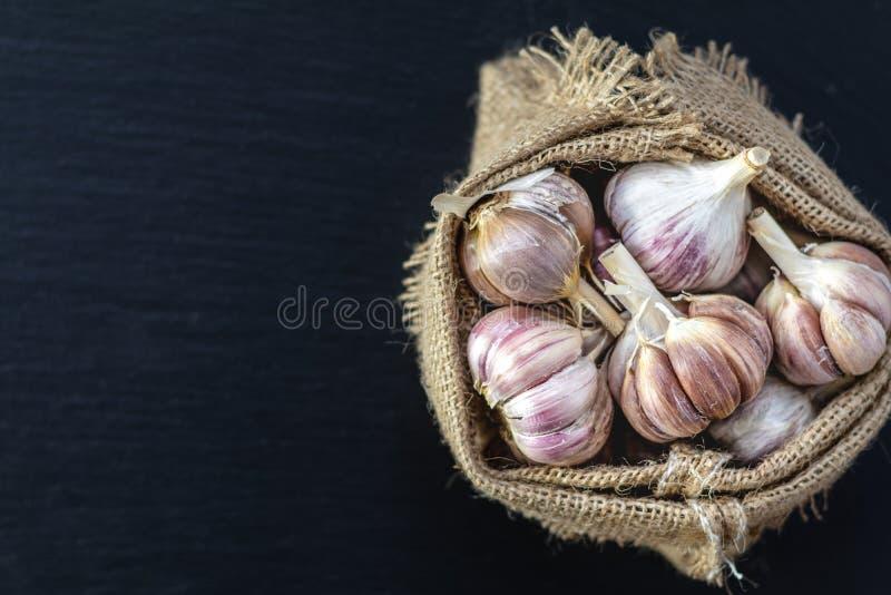 黑石表面上的新鲜的大蒜,顶视图,拷贝空间 库存图片