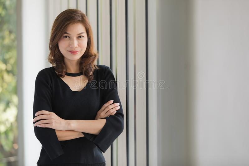 黑礼服的夫人 免版税图库摄影