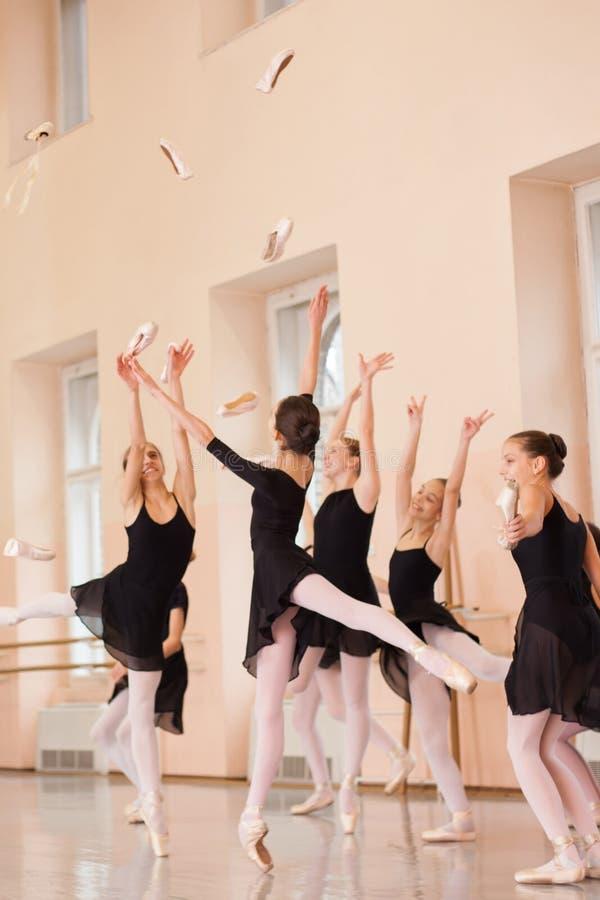 黑礼服的少年芭蕾舞女演员庆祝学期的末端中等小组  库存图片