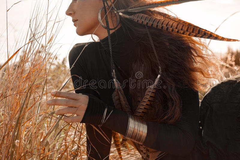 黑礼服的美丽的时髦的妇女有在的boho辅助部件的被归档的 免版税库存图片