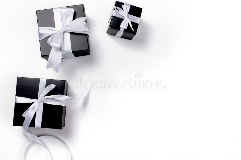 黑礼物盒和白色丝带 免版税图库摄影