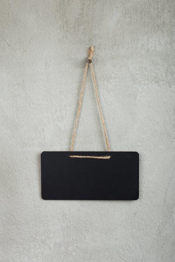 黑空白的公告栏,黑板,有拷贝空间的黑板在灰色 免版税库存照片