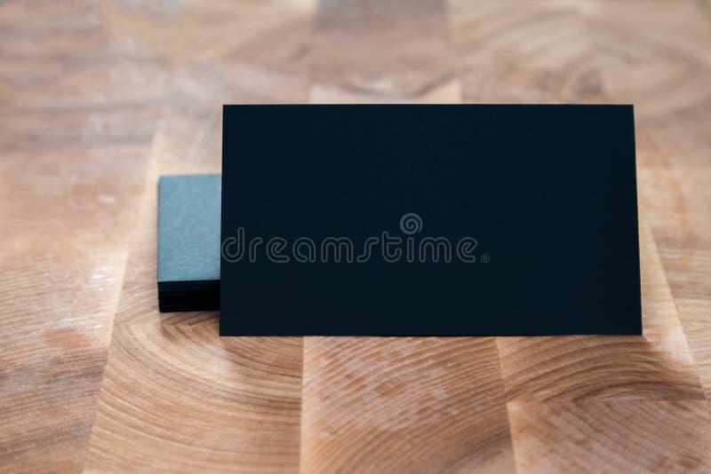 黑空白的名片照片在木背景的 Templa 免版税库存图片