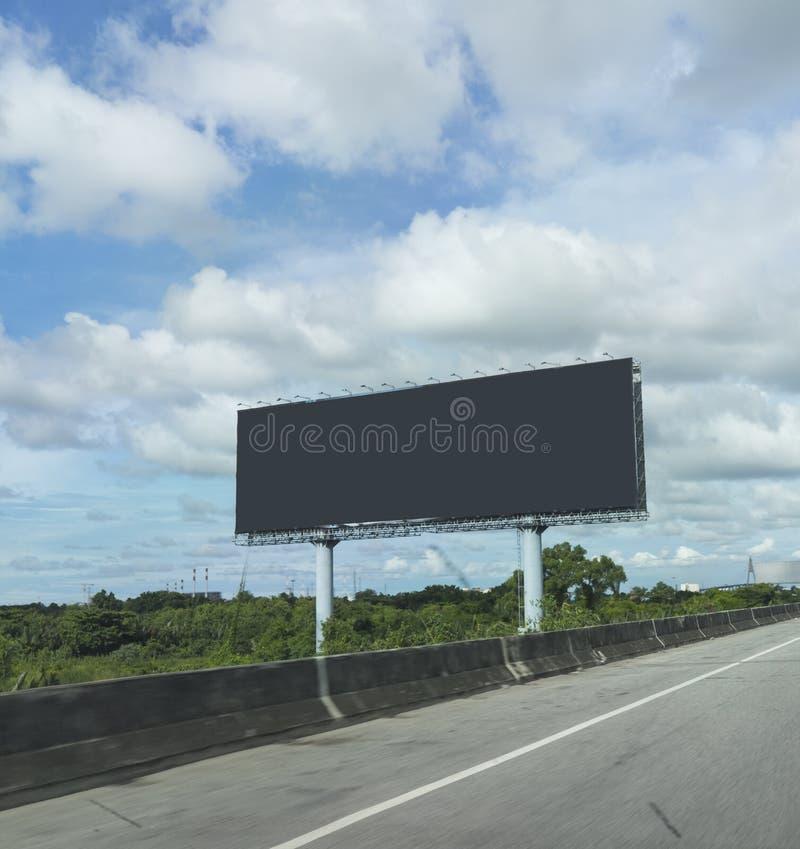 黑空白的广告牌或广告海报在明确方式的边或天桥在蓝天背景给概念做广告 图库摄影