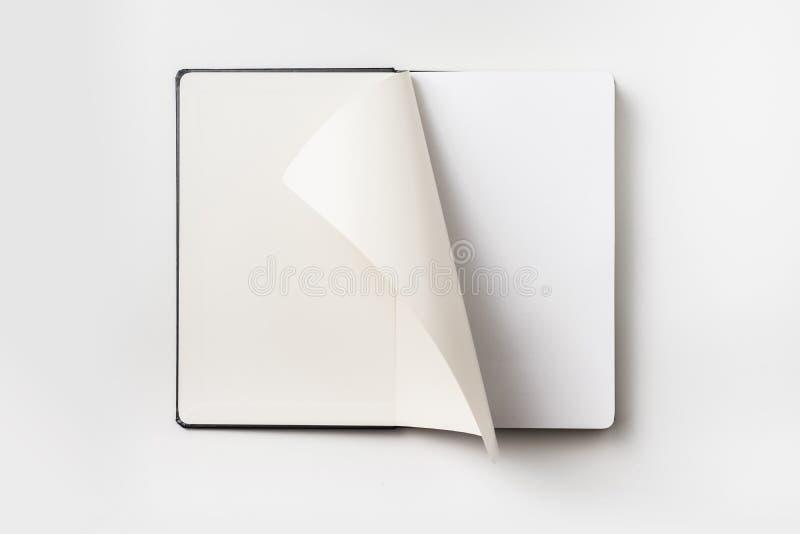 黑笔记本顶视图有卷毛的滚动了页 免版税库存图片