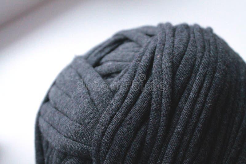 黑线团螺纹接近的看法编织的 免版税库存照片