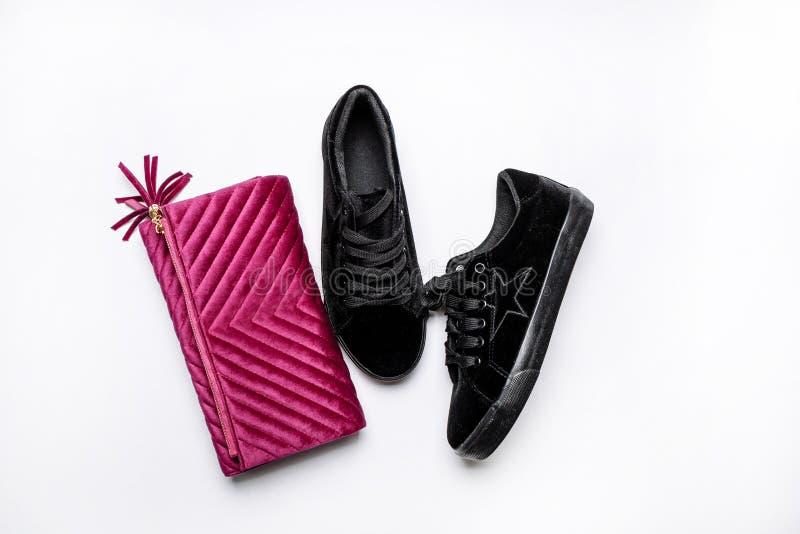 黑绒面革运动鞋和天鹅绒紫色传动器在白色背景 库存照片