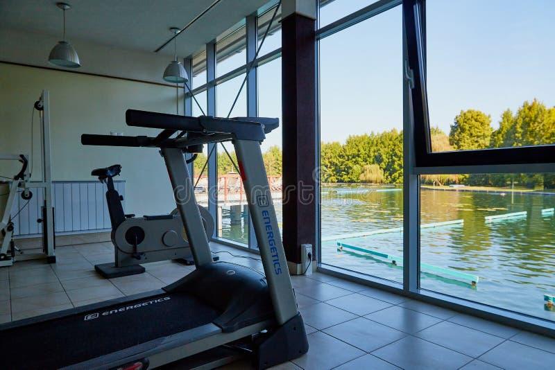黑维兹,匈牙利- 2018年9月27日:与锻炼机器的健身房在balneological治疗湖黑维兹在匈牙利 库存图片