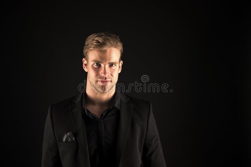 黑背景的人英俊的穿着考究的强壮男子 感到确信 男性秀丽和阳刚之气 可爱的人 库存照片