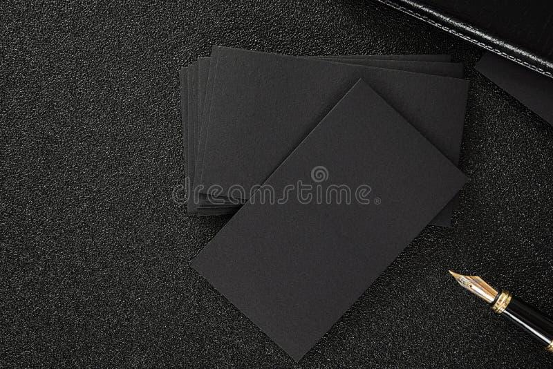 黑背景的空白的黑名片嘲笑为使用我们联络信息设计templete 免版税库存图片
