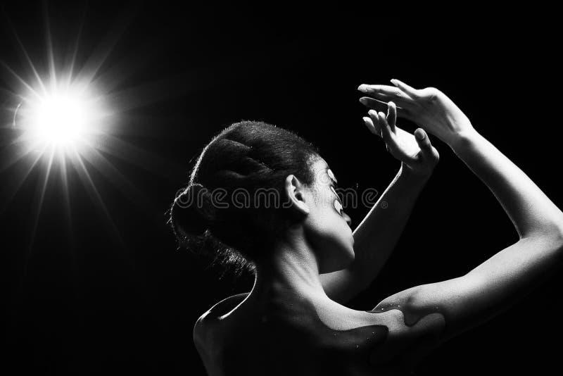 黑背景的非洲黑人妇女与光 库存照片