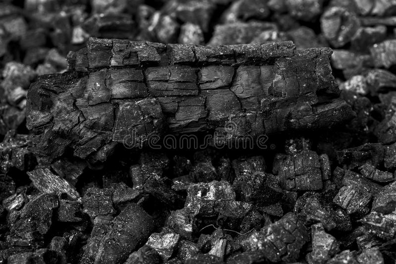 黑自然木炭纹理背景,使用作为燃料为 免版税库存照片