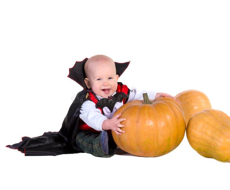 黑色万圣夜斗篷的男婴有帽子的 免版税库存图片