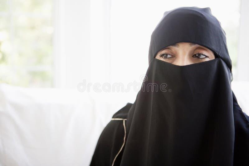 黑色东部中间纵向佩带的妇女 免版税库存图片