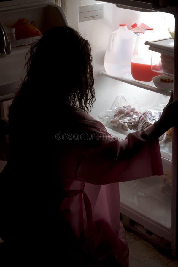 黑色冰箱有晚肥胖快餐妇女 库存照片