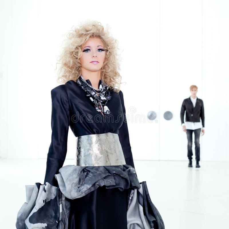 黑色减速火箭夫妇女装设计未来派的haute 库存图片