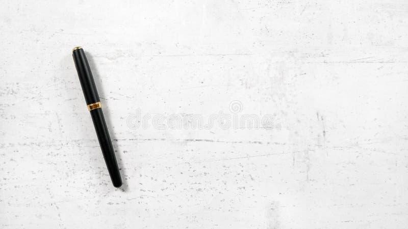 黑色和金en与盖帽在白色混凝土从上面关闭了象板,看法,宽横幅与空间文本的在右边 免版税库存照片