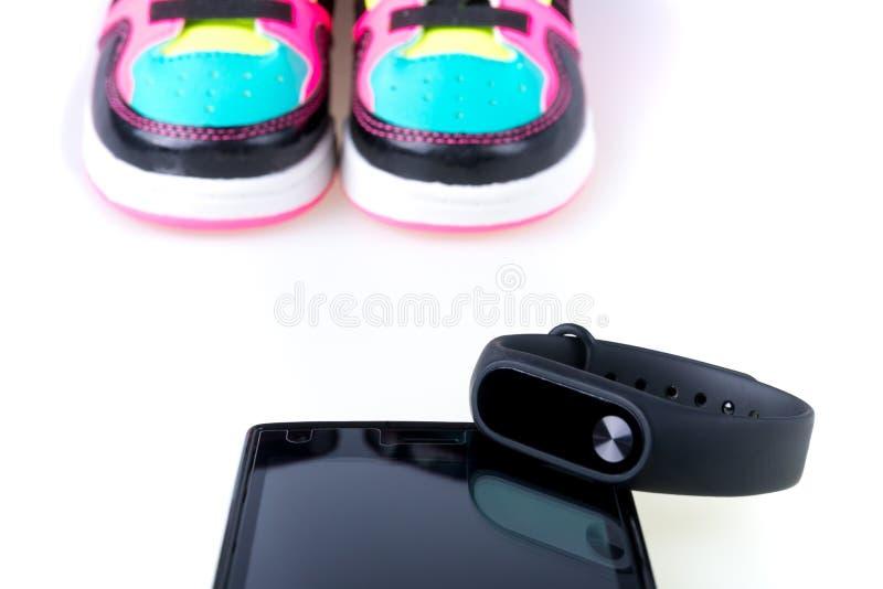 黑色在白色和手机隔绝的体育跟踪仪 库存照片