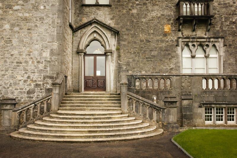 黑色城堡棋子反映白色 入口右翼 基尔肯尼 爱尔兰 免版税库存照片