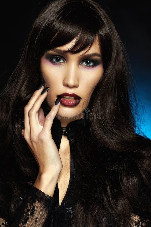 黑色头发性感的万圣节化妆师 免版税库存照片