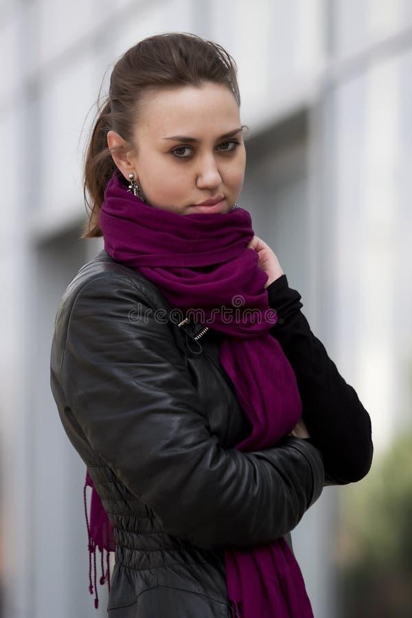 黑色夹克紫色围巾妇女 库存照片