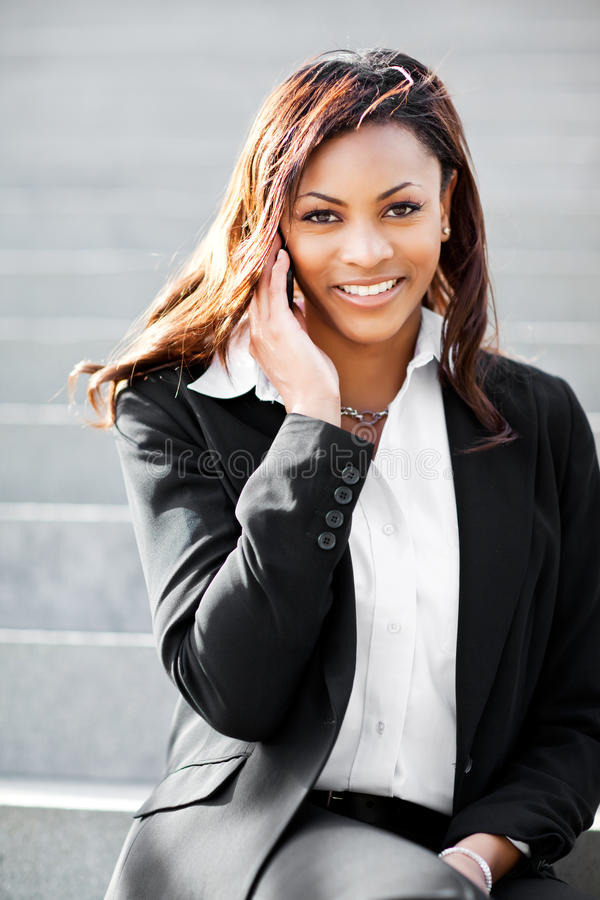 黑色女实业家电话 免版税库存图片