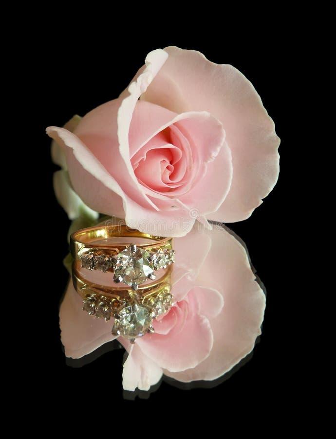 黑色定婚戒指上升了 库存图片