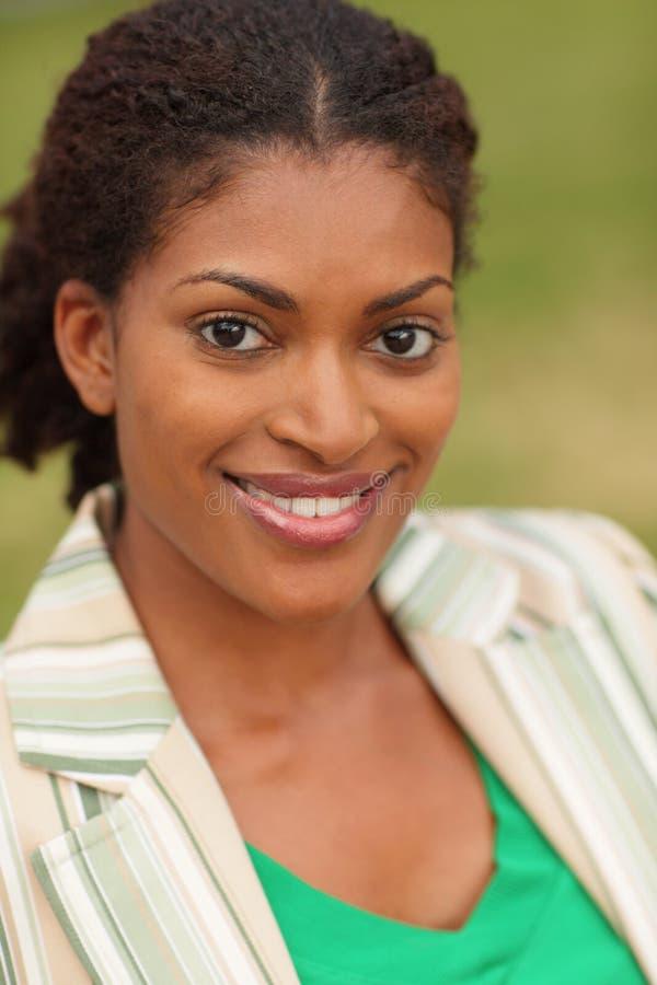 黑色微笑的妇女年轻人 免版税库存图片