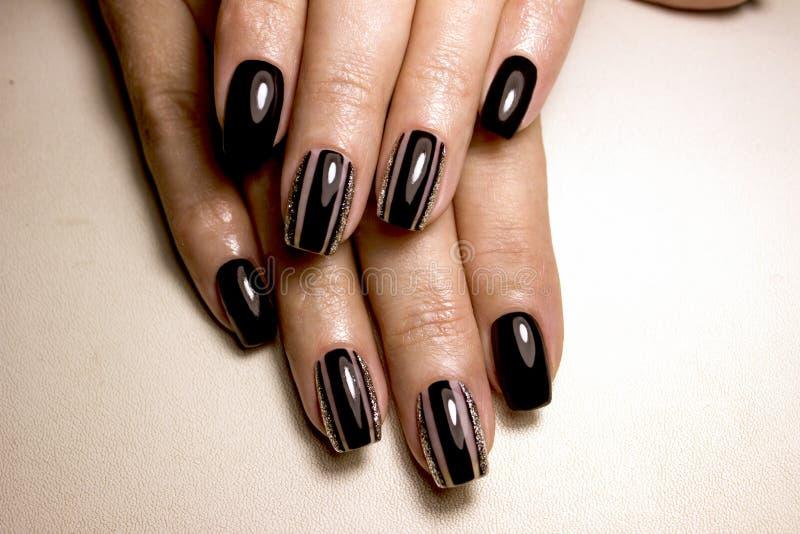 黑色指甲油 与黑指甲油的被修剪的钉子 与黑暗nailpolish的修指甲 黑钉子艺术修指甲 免版税库存照片