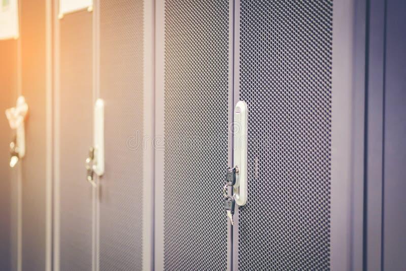 黑色橱门插入键照明设备锁定金属机架服务器端 插入钥匙 免版税库存照片