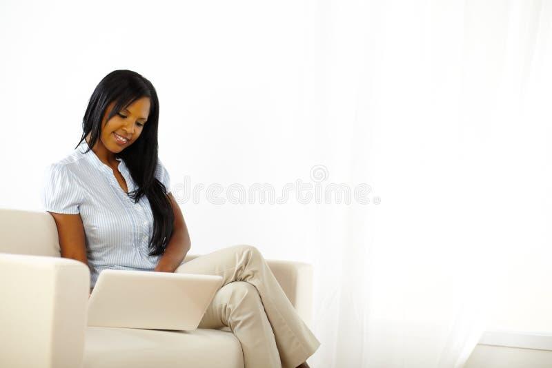 黑色浏览膝上型计算机妇女年轻人 免版税图库摄影