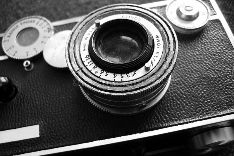黑色照相机葡萄酒白色 免版税图库摄影