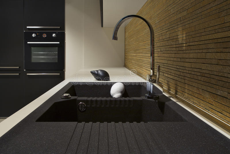 黑色现代厨房和木头的详细资料 库存照片