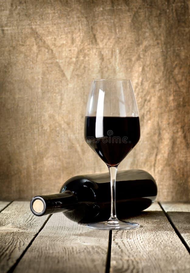 黑色瓶酒和wneglass 免版税库存照片