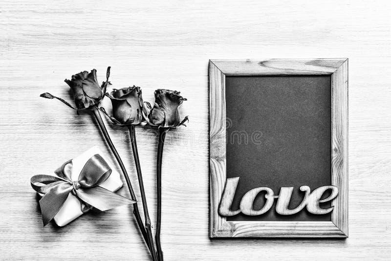 黑色白色 华伦泰` s天背景心脏自创礼物盒和红色框架与自由空间文本的 顶面veiw 库存图片