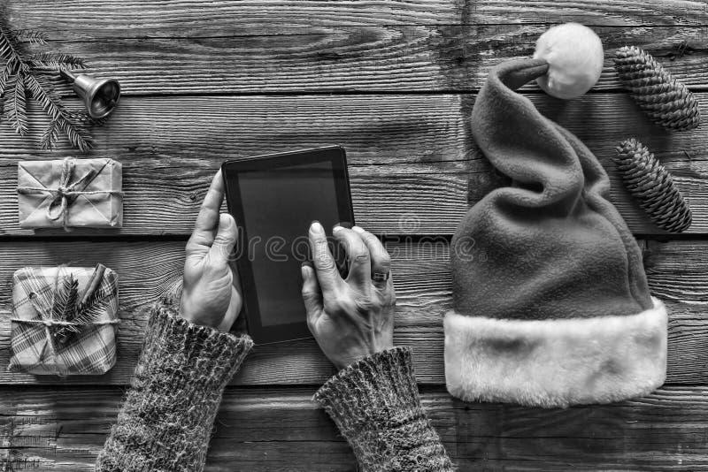 黑色白色 构想:圣诞节礼物的准备 圣诞节传统 人,片剂个人计算机,手,组装,圣诞节,当前 免版税图库摄影