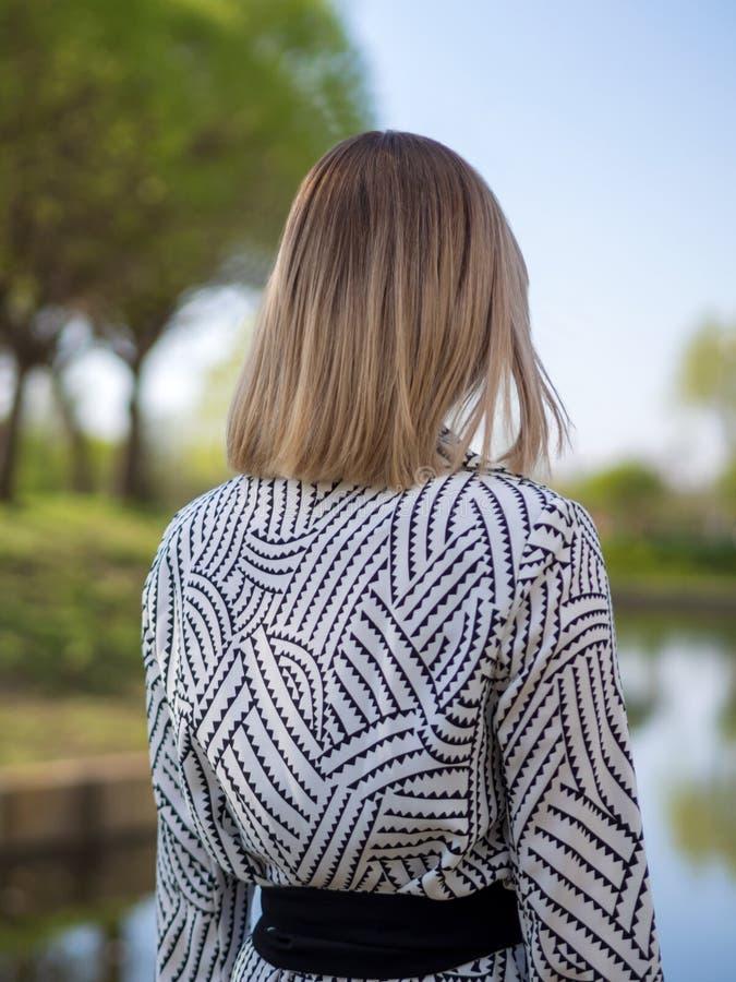黑色的时髦的白肤金发的妇女 免版税库存图片