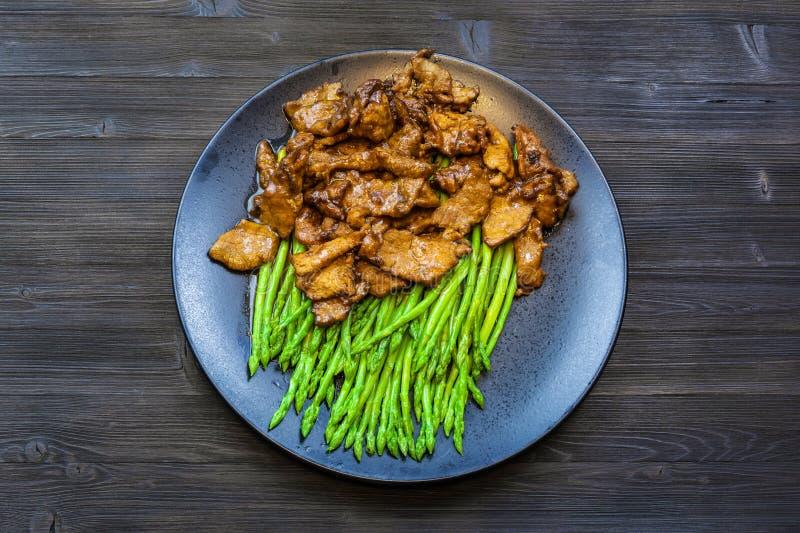 黑色的盘子顶视图用牛肉和芦笋 库存图片