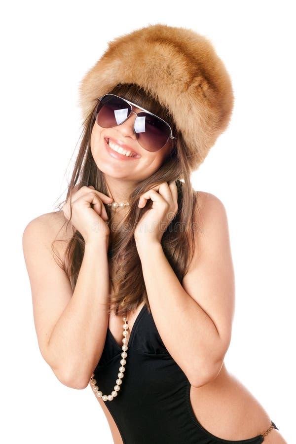 黑色盖帽毛皮微笑的泳装妇女 免版税库存照片