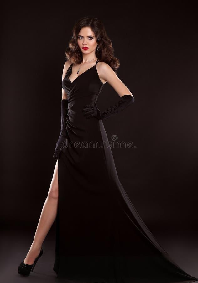 黑色礼服典雅的夫人 时尚华美的wo演播室照片  免版税图库摄影
