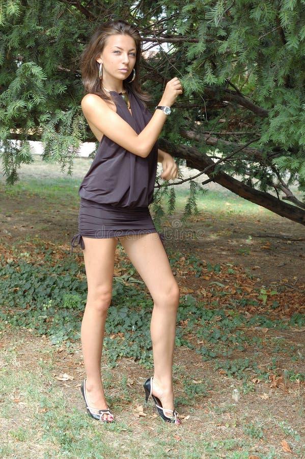 黑色礼服女孩年轻人 免版税图库摄影