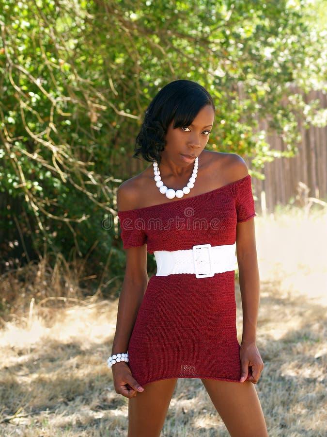 黑色礼服编织红色皮包骨头的妇女年轻人 免版税图库摄影