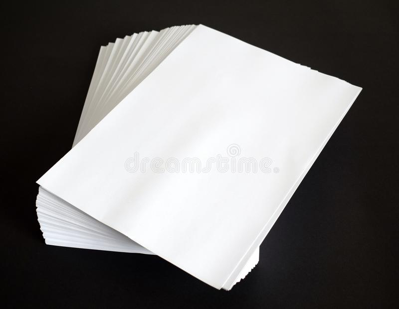 黑色纸白色 库存照片